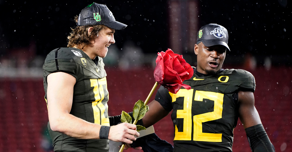 Oregon Ducks Smell The Roses After Pac-12 Championship (VIDEO)